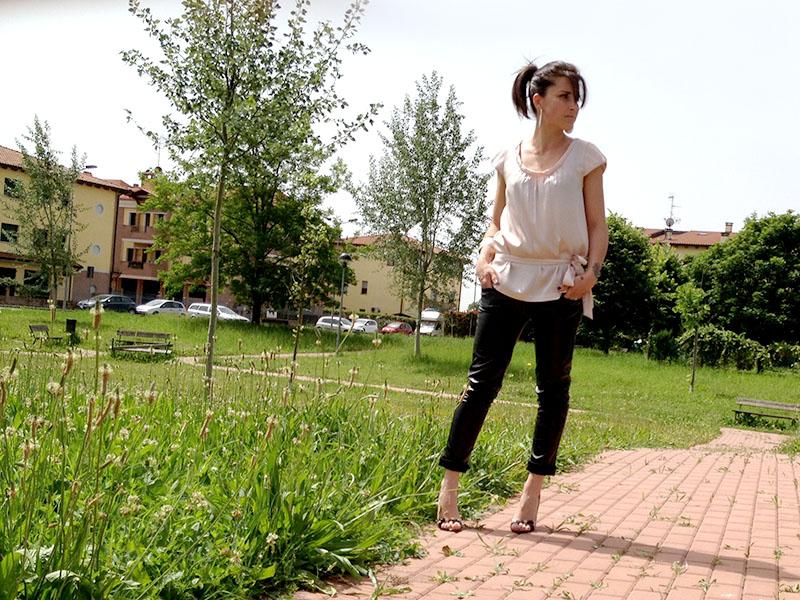 pantaloni_ecopelle_decollete_rosa_vernice_nero_borchie_gioielli_argento_satinato