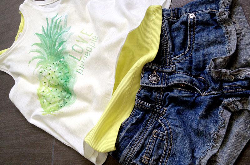 look bimba con braccio ingessato, short in jeans con canotta lime e canotta bianca ampia con stampa ananas zara