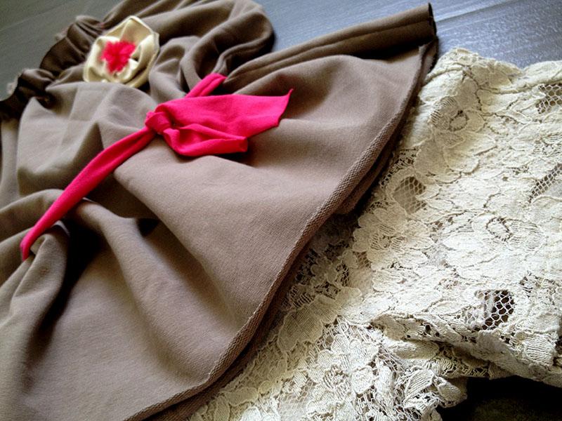 short in pizza vintage e blusa in felpa tortora con arricciature e spilla fiore fluo e cinturina per bimba fashion