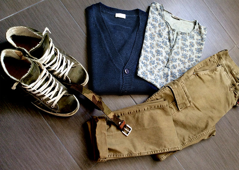 Look uomo tendenza camo pantaloni cargo t-shirt stampa floreale sneakers leather crown e cardigan cotone heritage