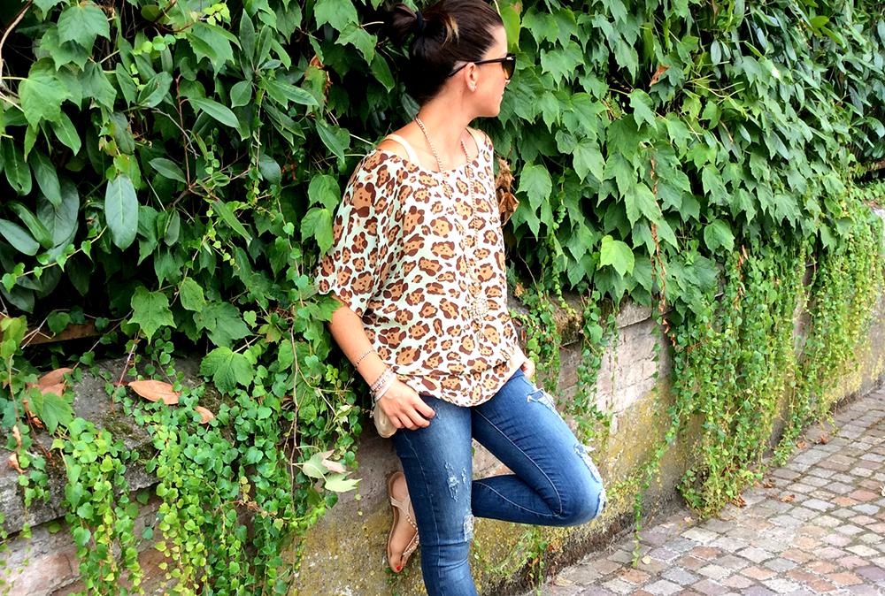 look donna mamma con blusa in seta animalier coro pastello Blumarine hadmade fatta a mano con jeans stretch e sandali flat gioiello