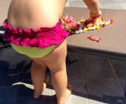bambina bimba in piscina con caramelle e costume handmade fatto a mano dal nuovo brand emergente made in italy baby crowned beachwear