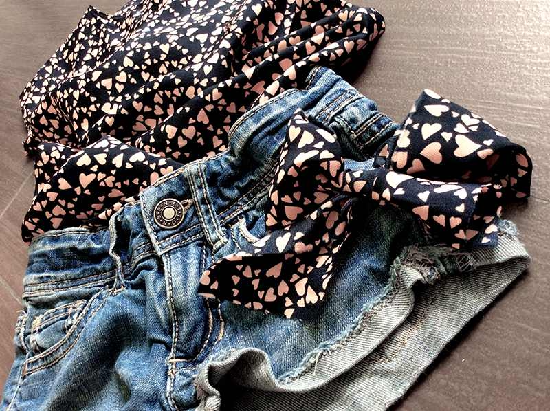 abito blusa bambina in seta blu notte stampa cuoricini rosa e short in jeans sfrangiati