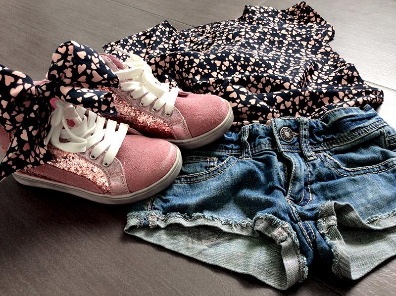 blusa_abito_cuori_handmade_folliefollie_momeme_short_jeans_sfrangiati_benetton_sneakers_glitter_rosa