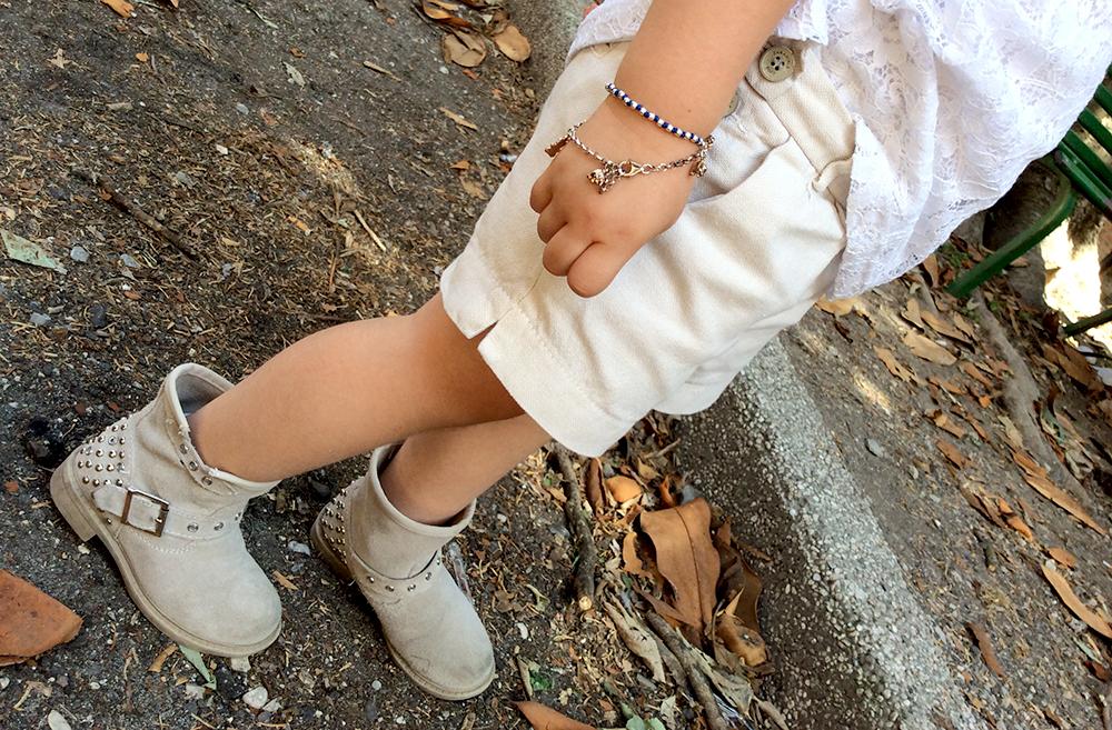 look outfit bimba con short corda e canotta in pizzo bianco e bikers con borchie e braccialetto spadarella