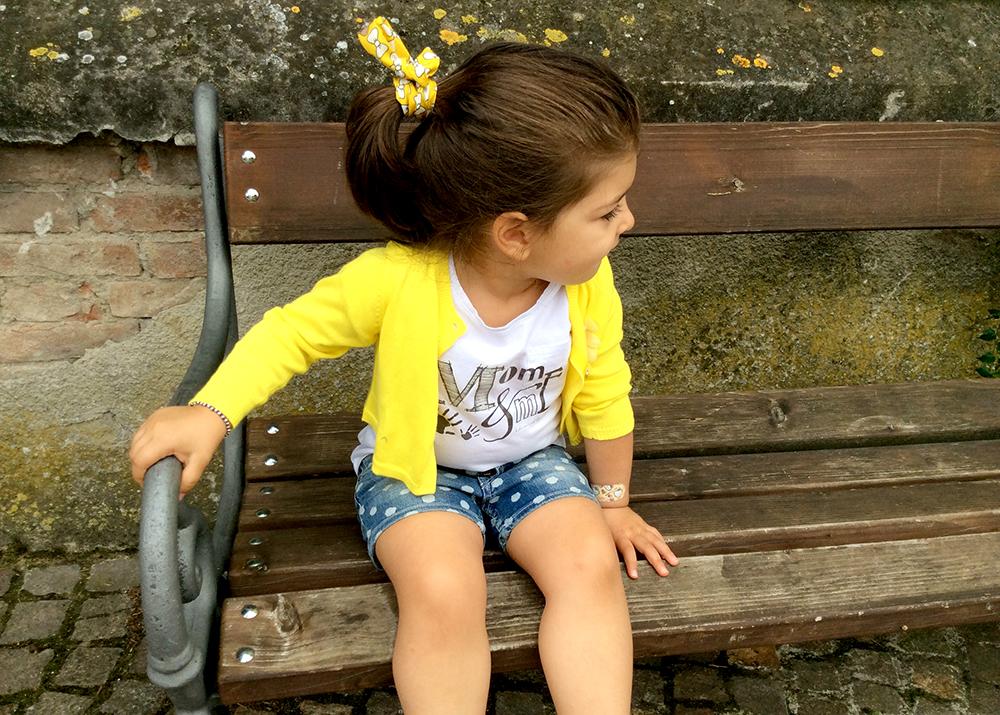 look outfit bambina t-shirt personalizzata mom&me short jeans pois coprispalle cardigan giallo limone sole sandali infradito strass asso e coda capelli