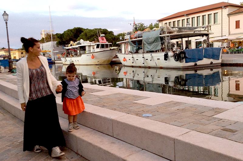 look coordinato mamma e figlia a cesenatico con colori corallo bianco e nero sul porto vecchio