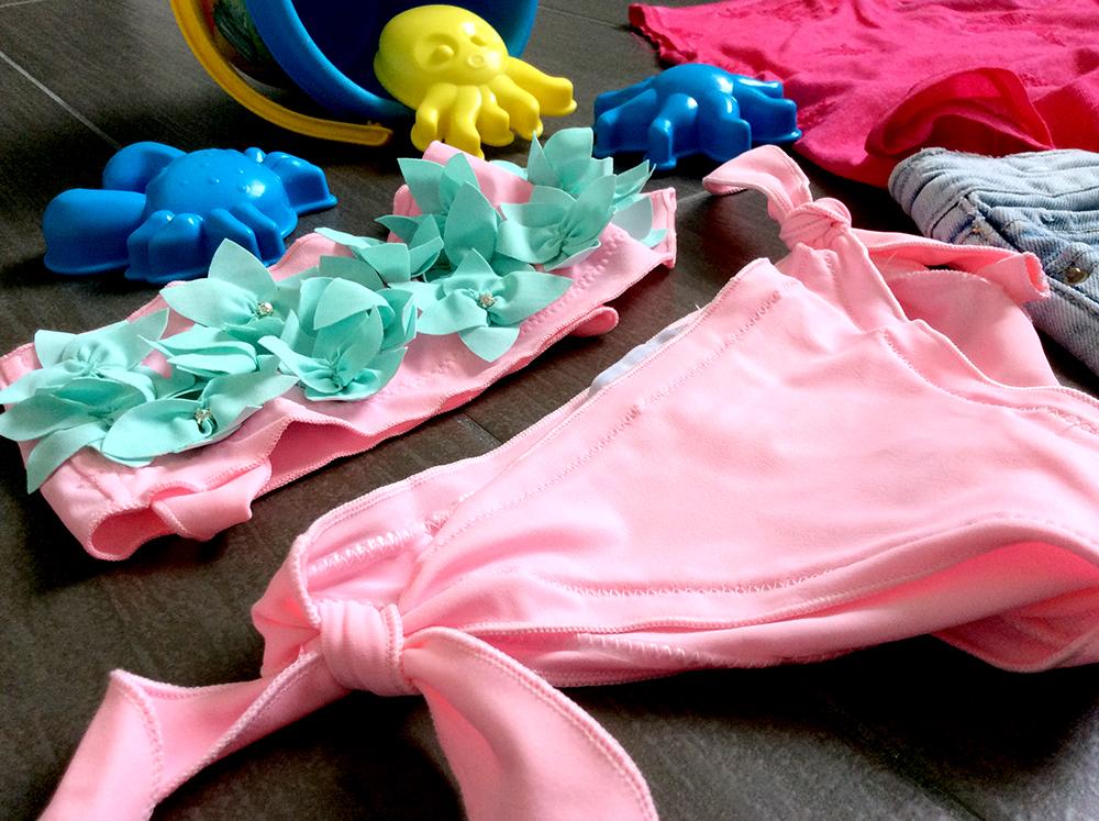 look bimba mare spiaggia con costume bikini silvian heach kids short jeans t-shirt ricamo rilievo rondini secchiello e stampini