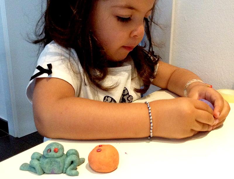 bambina gioca impasta modella crea con didò alimentare gioco bambini