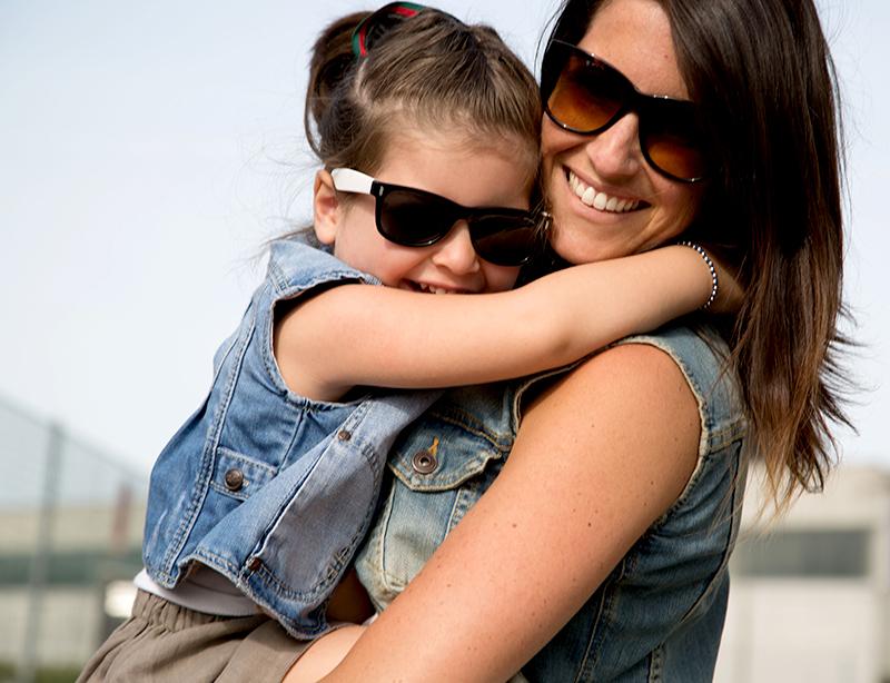 look coordinate mamma e bimba con gilet di jeans e sorriso
