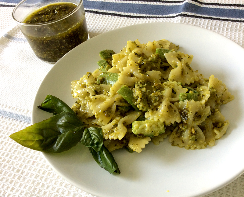 primo piatto di pasta con pesto di pistacchi, noci, zucchine fresche e basilico ricetta facile e veloce