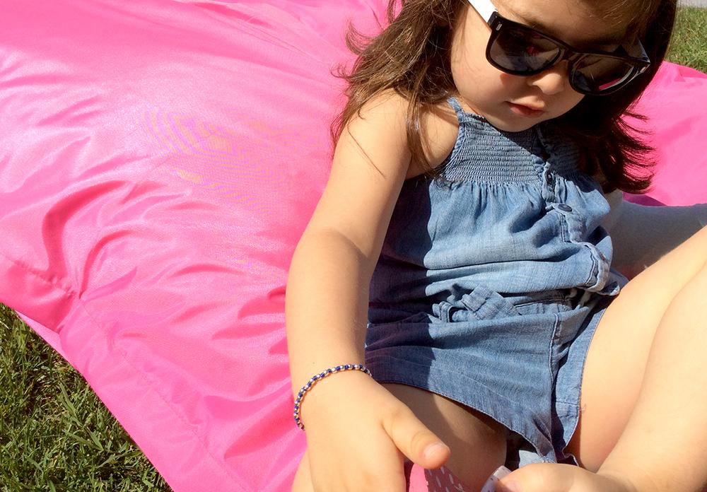 salopette jeans denim cotone leggero bambina short con cuscino pavimento giardino