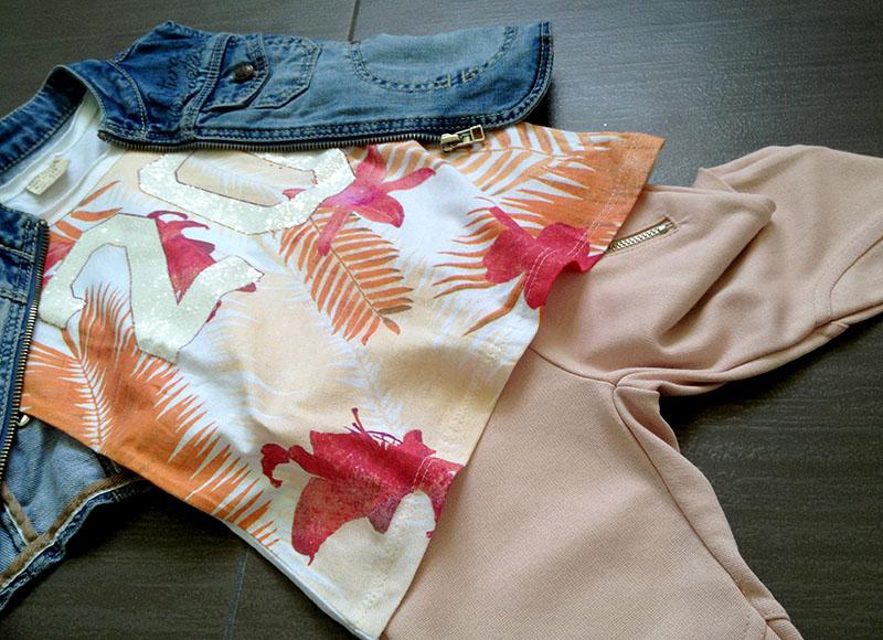 look bimba canotta stampa stile tropicale con numero glitter, gilet in jeans e leggings color rosa cipria con cuciture cavallerizza