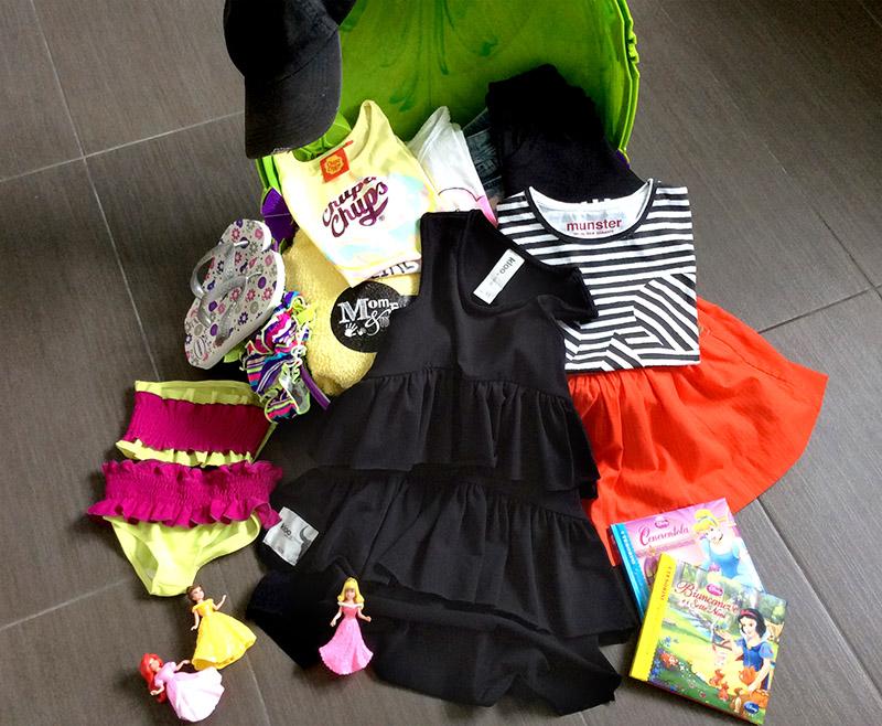 valigia trunki per bambina per vacanza al mare con telo mare, costumi, cappellini, look serali, giochi per la spiaggia e libri