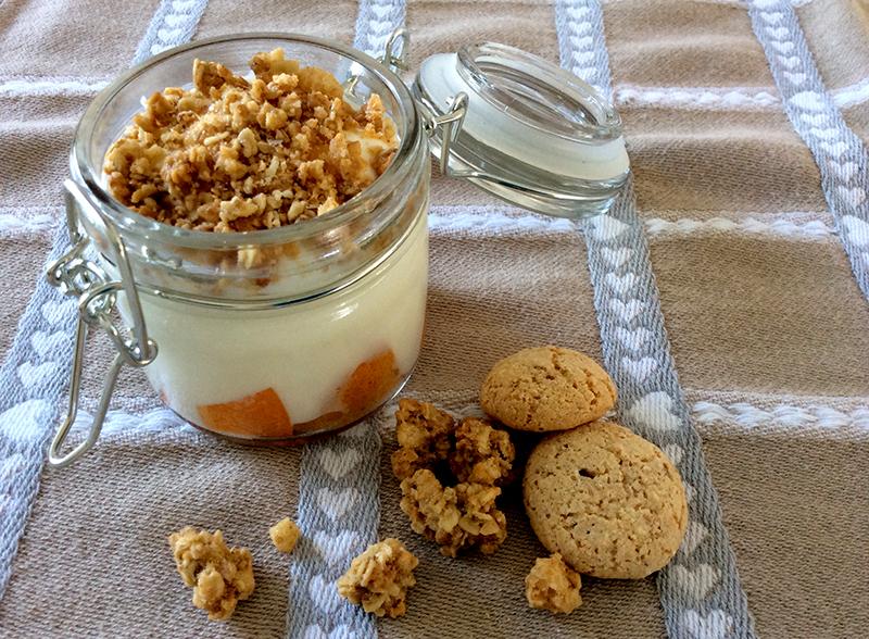 dessert dolce colazione vasetto yogurt con frutta fresca albicocche, muesli e amaretti