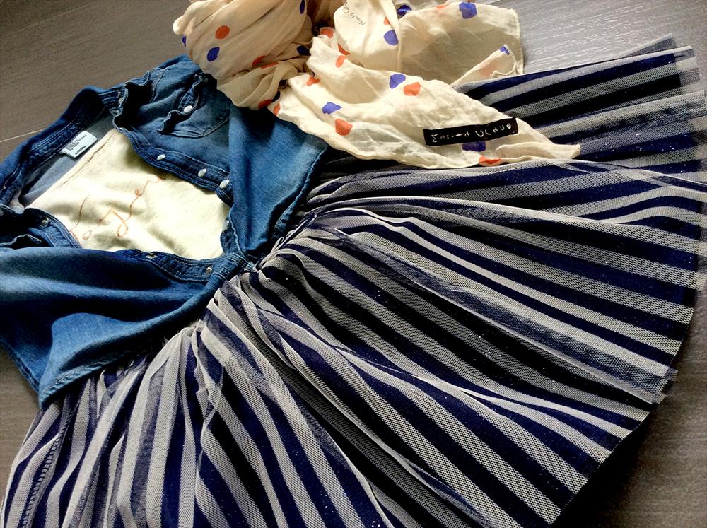 outfit bambina con gonna in tulle a righe bianco e blu, camicia di jeans, t-shirt e foulard manila grace della mamma