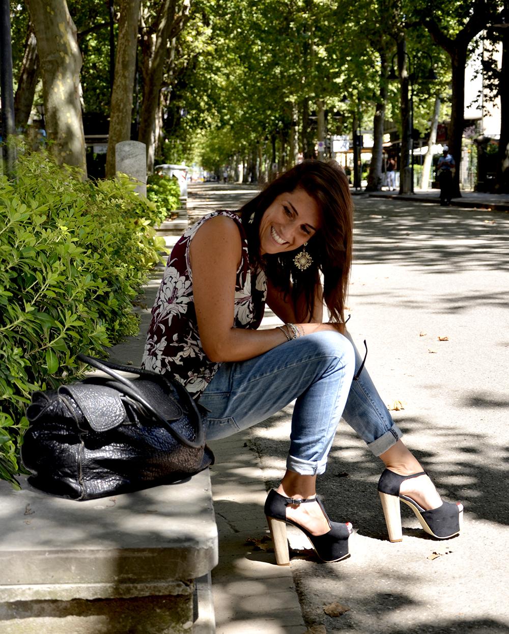 look mamma donna con jeans boy-friend zeppe top fiori zara e occhiali da sole per una passeggiata e shopping in riviera