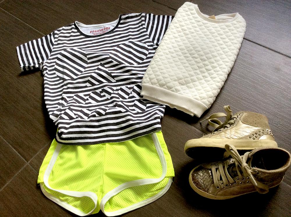 outfit bambina short giallo fluo traforato tessuto tecnico con felpa bianca con impunture e tshirt munster righe bianconiglio cervia sneakers crime london