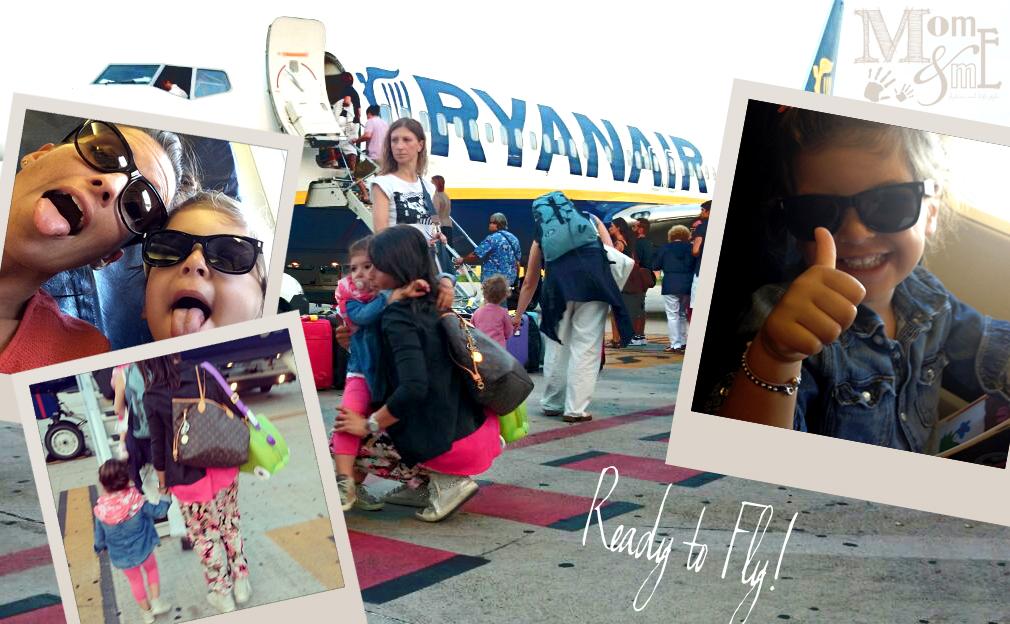 volare con i bambini, esperienza in aereo con valigie e passeggino mamma e figlia in vacanza