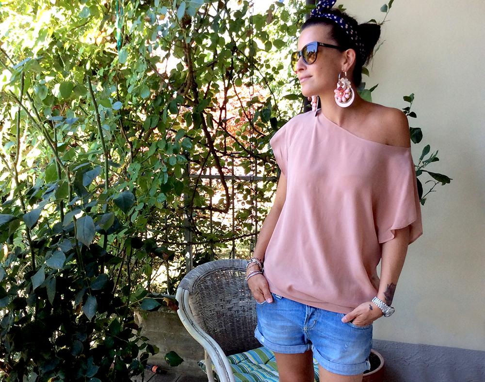 zeppe_nappa_short_jeans_blusa_top_seta_cipria_foulard_fascia_capelli_orecchini_bijoux_fiori_perle