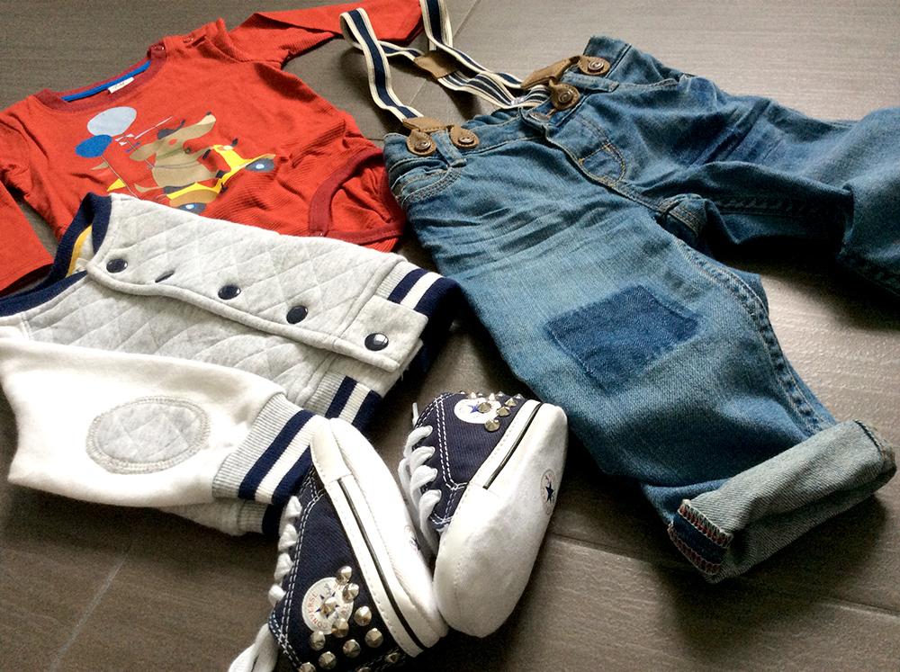 outfit bambino piccolo con shopping on line H&M jeans con bretelle giubottino in felpa body a maniche lunghe e converse all star con borchie da monello