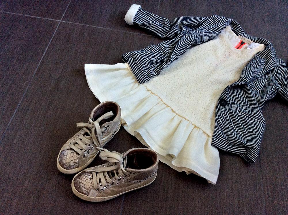 outfit bambina con vestito in pizzo in due tessuti la redoute blazer giacca in felpa a righe e sneakers crime