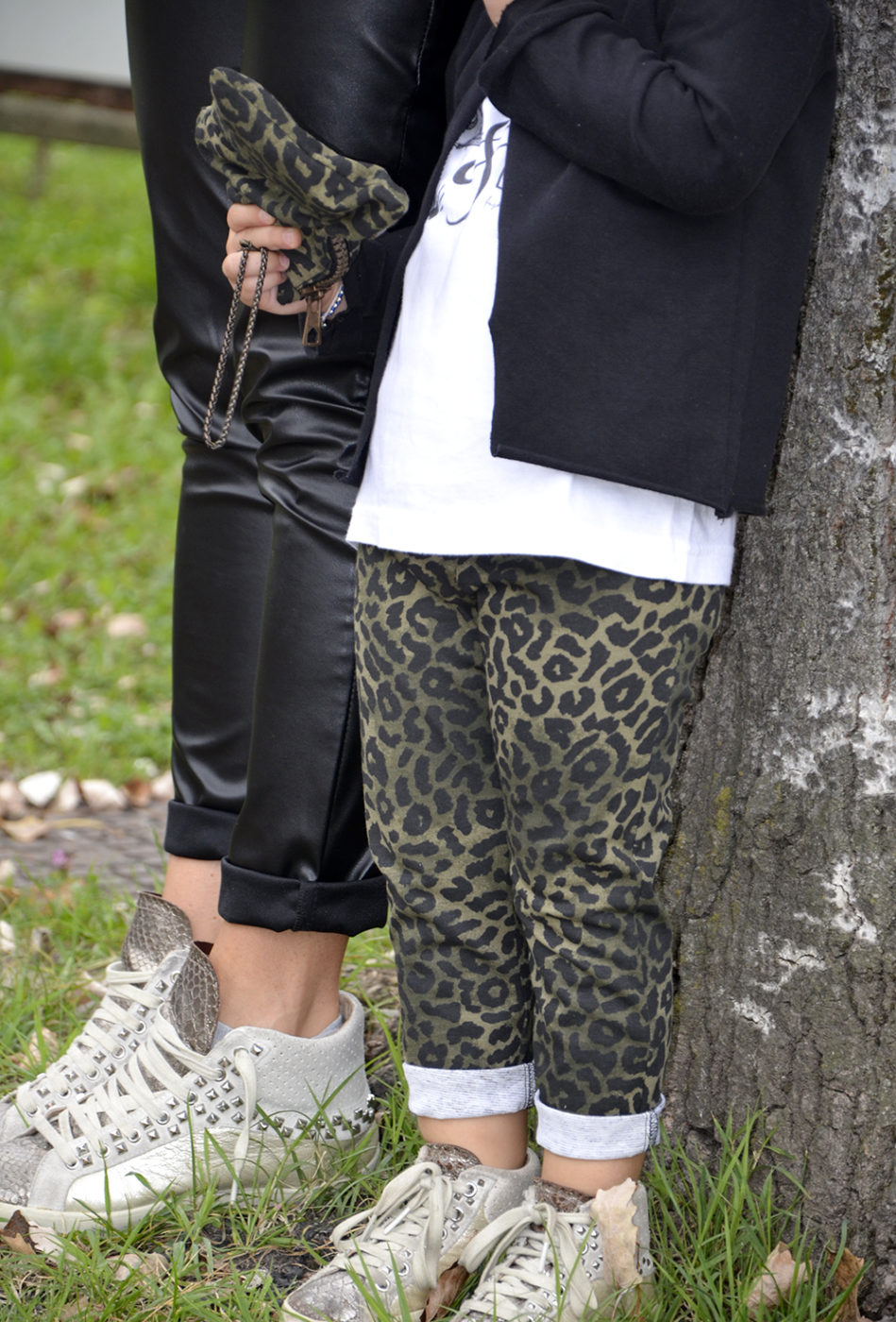 capsule_collection_follie_follie_by_momeme_mamma_bimba_coordinato_pantaloni_ecopelle_animalier_camo_felpa_sneakers_crime