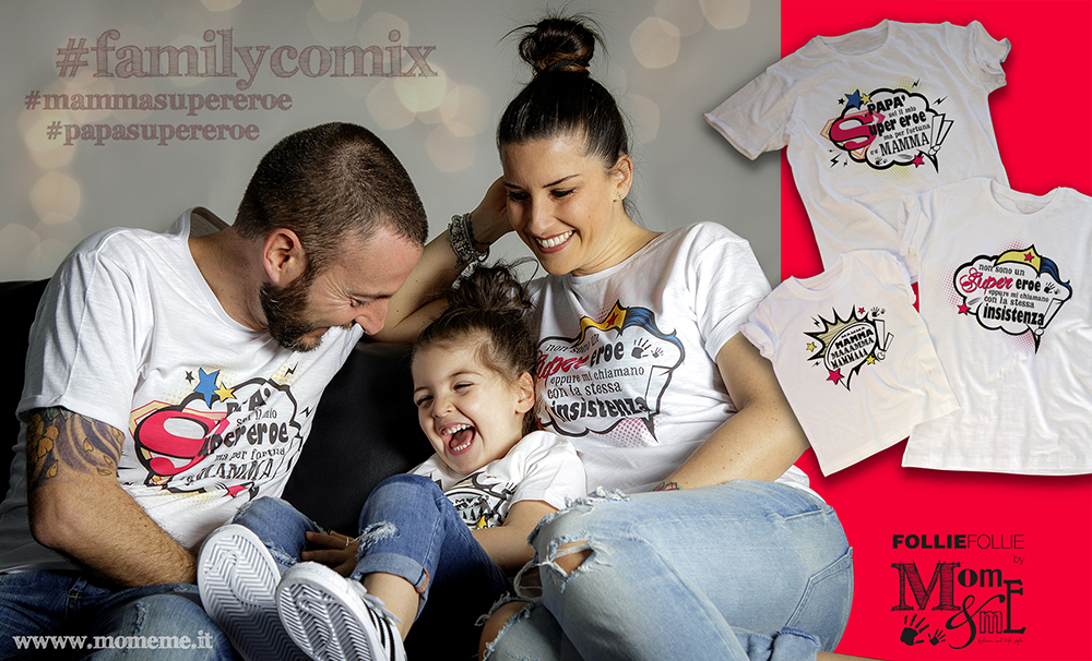 trio di t-shirt coordinate per mamma papà e bambino con scritte divertenti sui supereroi ed il potere della mamma, ridendo felici sul divano con scherzi e solletico