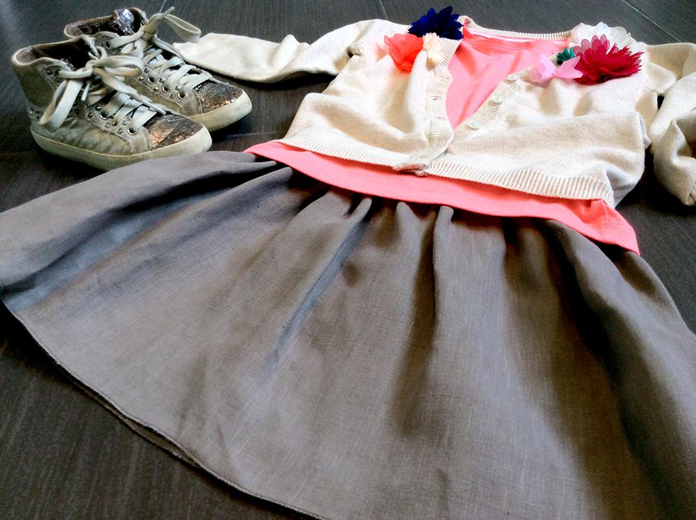 gonna_lino_bianconiglio_cervia_tshirt_fluo_cardigan_applicazioni_fiori_color_laredoute_sneakers_crime_outfit_bambina