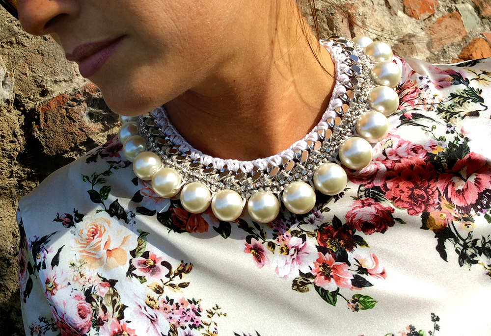 gonna_plise_blusa_fiori_seta_fiori_collana_intrecci_corda_perle_handmade_raffaella_p