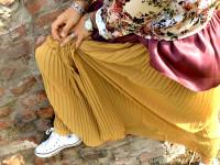 outfit donna con gonna lunga plissé ocra, top in seta bordeaux, blusa seta a fiori e converse alla star bianche