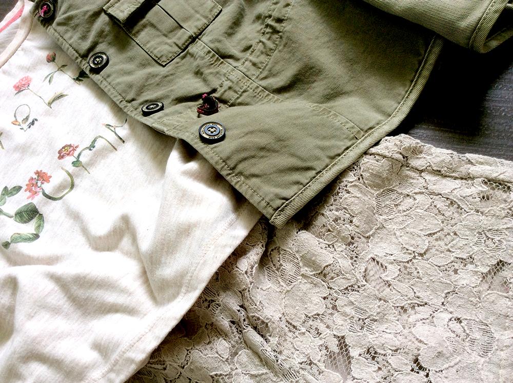 look bimba short in pizza sabbia fatti a mano t-shirt con applicazioni fiori a rilievo e parka verde militare con fodera in contrasto