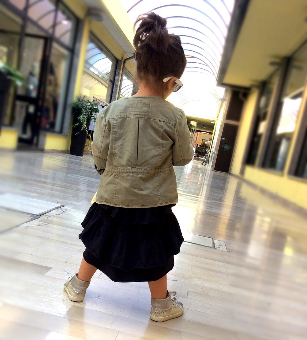 outfit bambina abito asimmetrico con balze kloo by bolso e parka militare zara kids e sneakers crime london