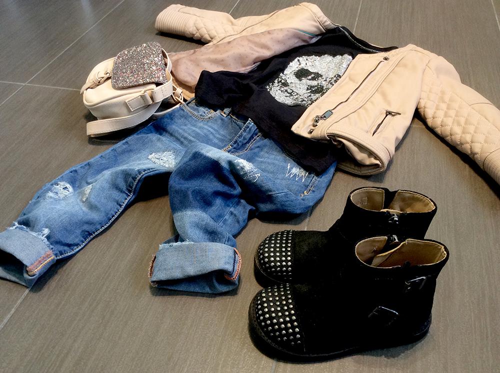 look bimba bad girl jeans stracciati giacca in pelle cipria t-shirt con teschio bikers con borchie e borsa tracolla con glitter