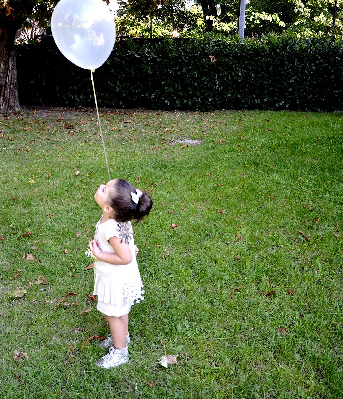 compleanno_short_broccato_argento_petite_parisienne_blusa_roughe_pois_cipria_zara_kids_palloncino_bianco