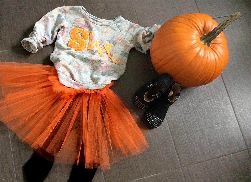 look bambina halloween con gonna in tulle arancione fatta a mano, leggings, felpa fantasia e scritta a colori, bikers e zucca