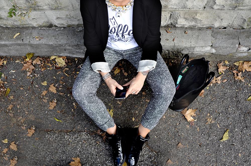 outfit donna leggingg jersey pie de poule t-shirt folliefollie by momeme coffee caffè blazer nero zara sneakers nike vernice e collana cora bijoux