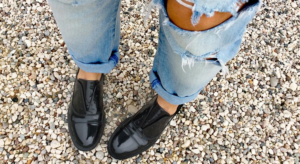 scarpe stringate parigine senza lacci nere flat con jeans strappati momeme