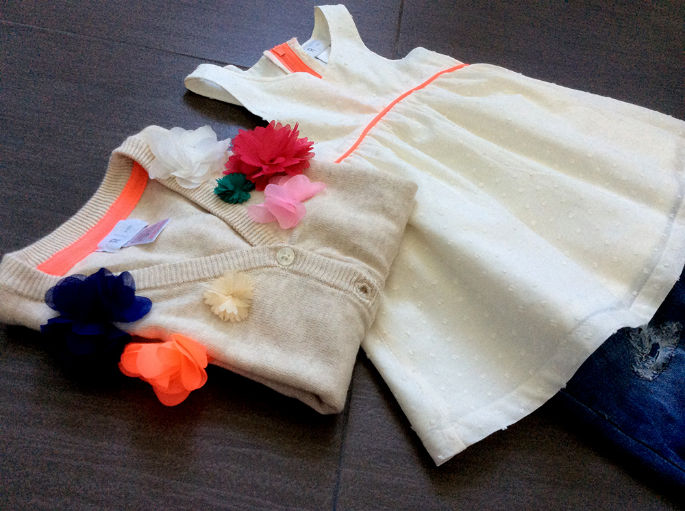 look bambina con top a piccoli pois a rilievo, cardigan con fiori colorati applicati e jeans