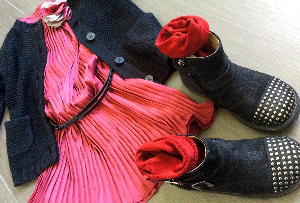 look bambina mom&me con abito pliseè color rubino, cardigan in lana nero e bikers borchiati
