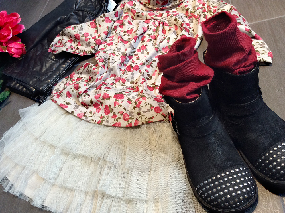 look bambina con gonna in tulle fatto a mano, t-shirt fiori malvi&Co made in italy, bikers e giacca ecopelle nero