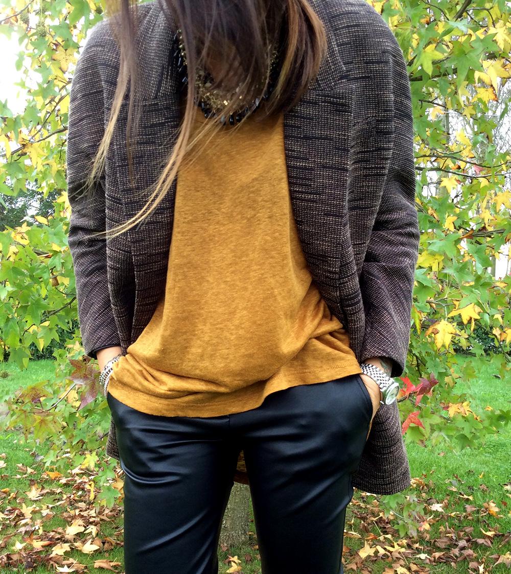 look mode donna con pantaloni stretti in ecopelle maxi maglia color ocra senape e giacca blazer in tinta H&M capelli shatush