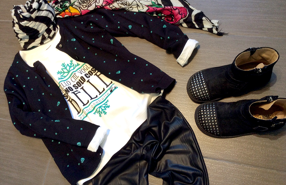 look bambina con leggings ecopelle nero cardigan teschietti e stelle, t-shirt fiocco di neve solo cose belle folliefollie by mom&me foulard fantasia e bikers pom d'api borchiati
