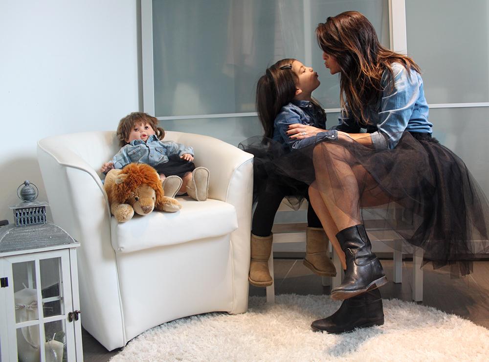 look coordinato mamma figlia bambina e bambola con gonna in tulle nero e camicia in jeans con bacio affettuoso e ugg
