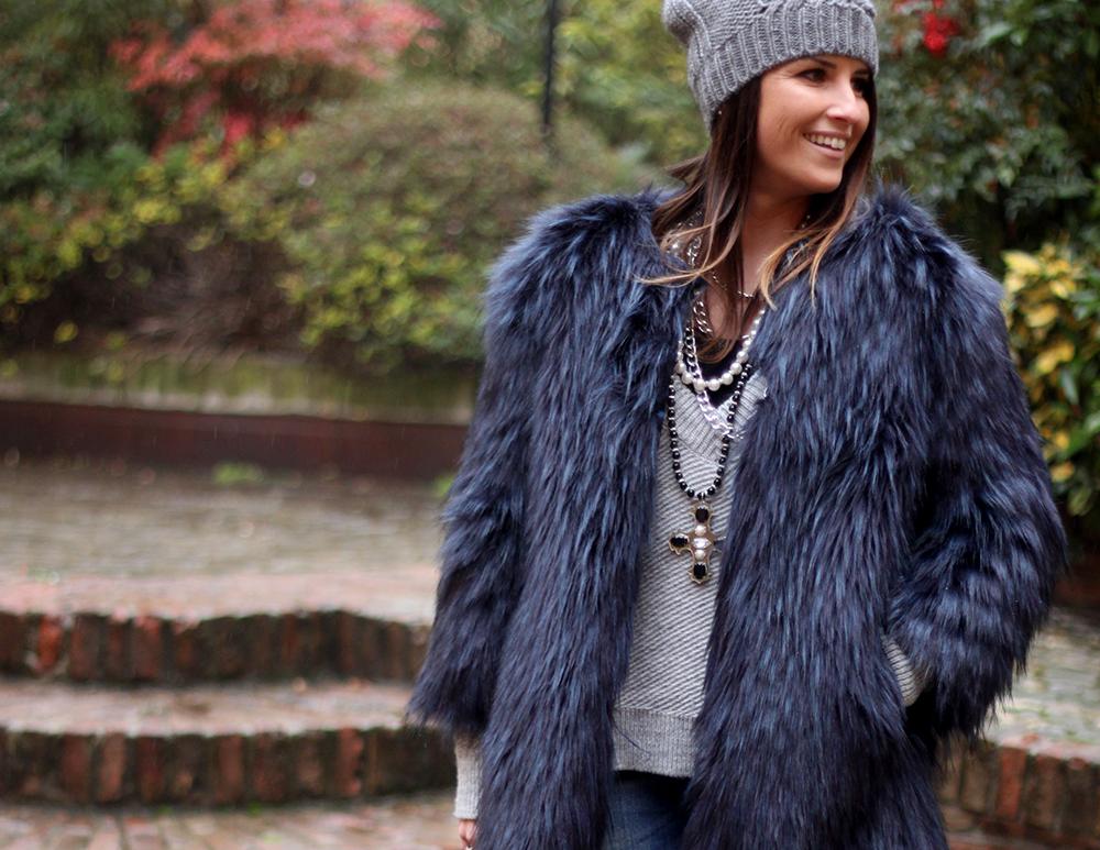 look donna e mamma con pelliccia eco, maglione oversize e collana fatta a mano