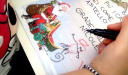 bambina scrive la sua letterina a babbo natale chiedendo un giocattolo di frozen disney