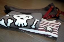 dettagli look bambino zara con maglione teschio e pantaloni con bretelle e stelle mom&me