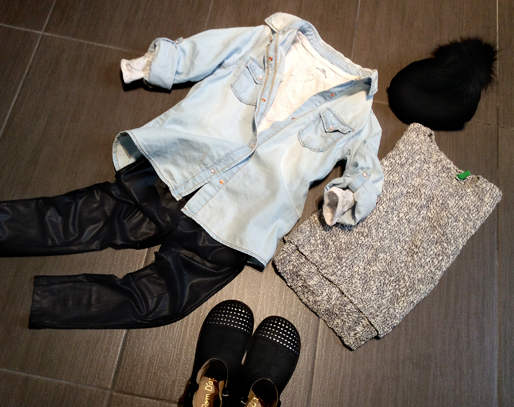 look bambina con maglia benetton asimmetrica con bottoni sulla schiena, leggings in ecopelle, camicia in jeans e bikers con borchie