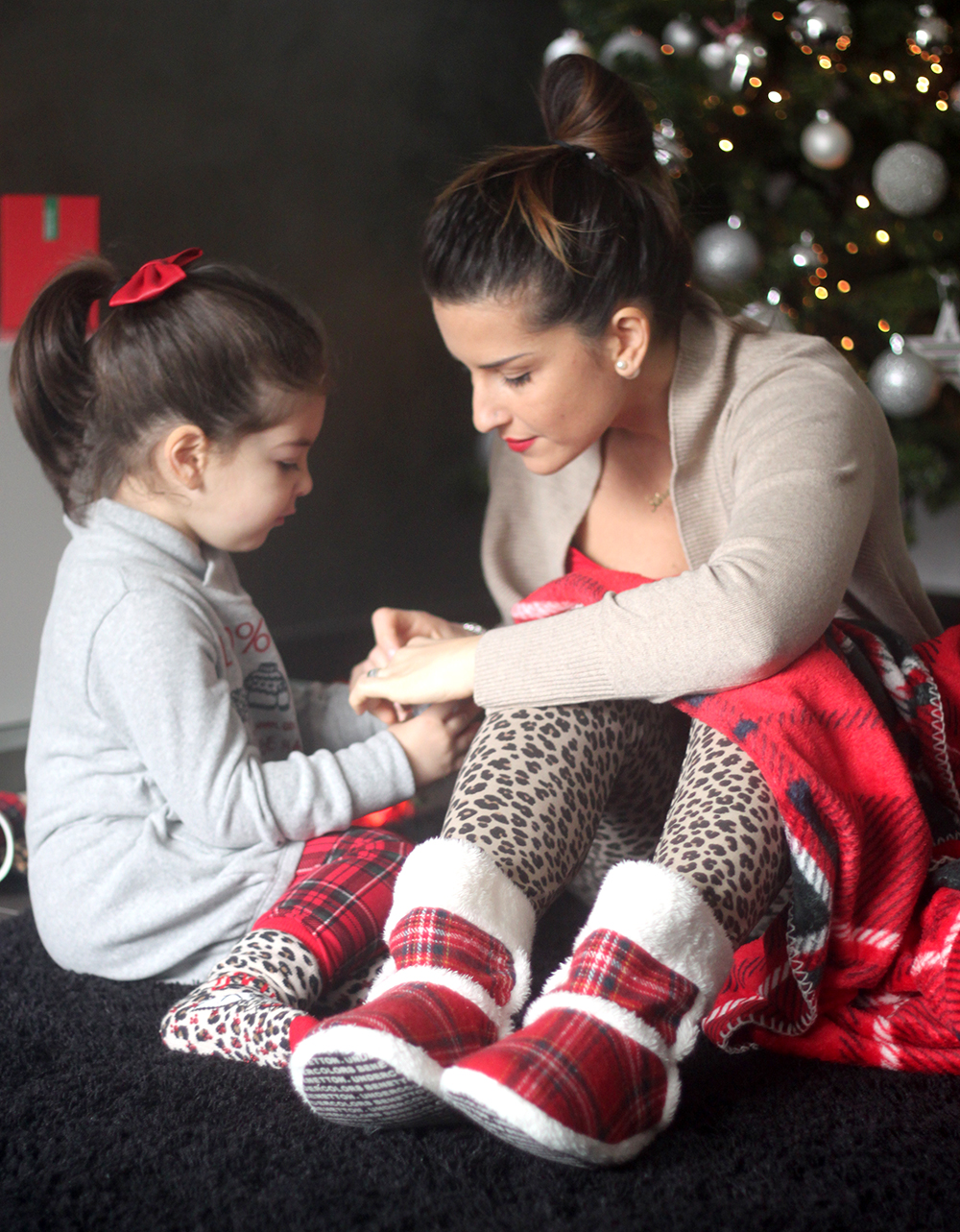 natale_albero_luci_look_undercolor_of_benetton_mamma_figlia_plaid_scozzese_animalier_kinder