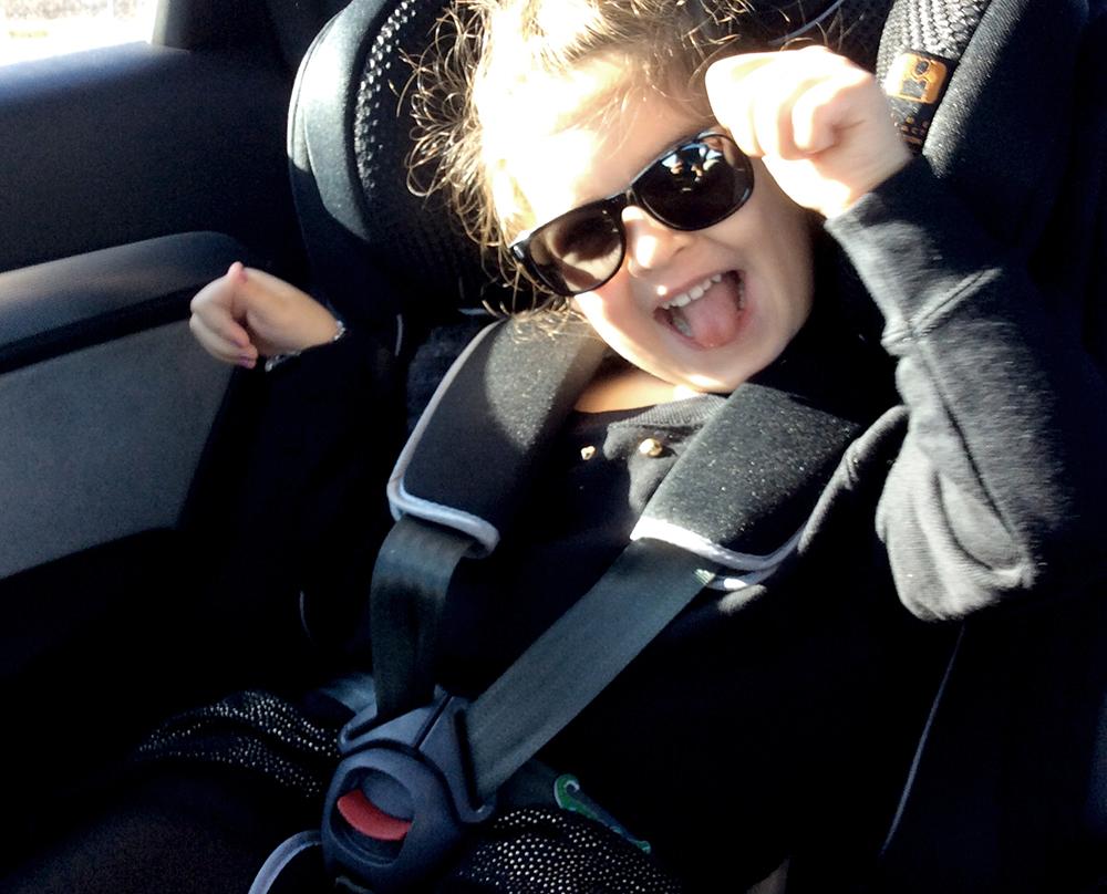 bambini sicuri e legati sul seggiolino auto mom&me